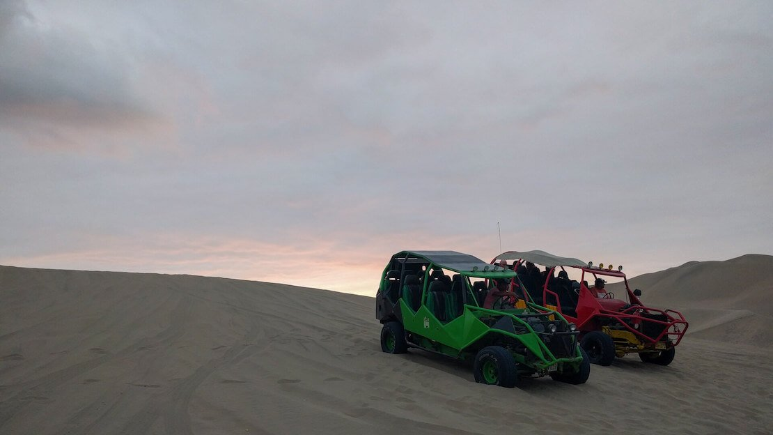 Dune buggy usate per andare a fare sandboarding a huacachina.