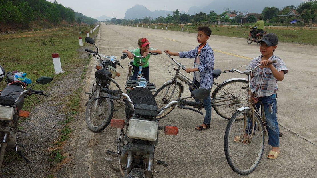bambini vietnamiti nei dintorni di Phong Nha